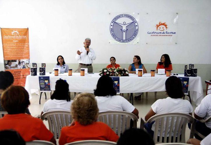 Imagen de la conferencia de prensa que ofreció Construyendo Sonrisas para anunciar su compaña de recaudación de fondos. Instalarán más de 300 alcancías por la ciudad. (Milenio Novedades)