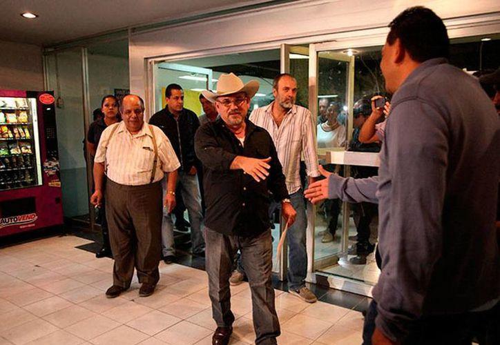 Hipólito Mora, quien en la imagen aparece de frente, con sombrero, puede quedar libre mañana, según su abogado. (excelsior.com.mx)
