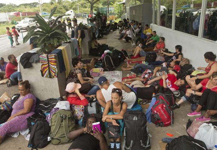 Cubanos afuera de una oficina de migración en Costa Rica. Hay 56 cubanos cuya deportación ya comenzó. (AP)