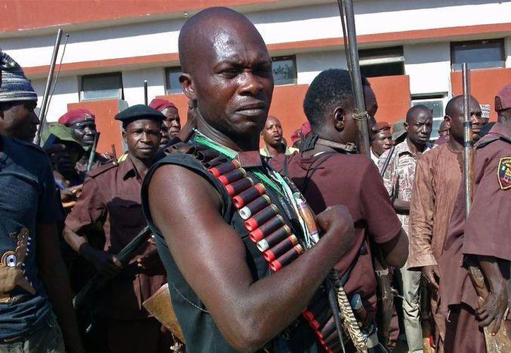 Cazadores tradicionales ser reunieron ayer en Maduguri, Nigeria, decididos a participar en la búsqueda de las niñas secuestradas por extremistas islámicos. (Agencias)