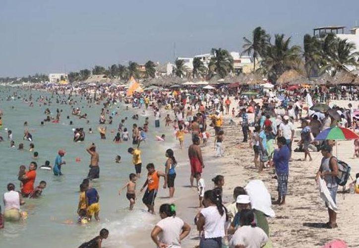 Previo al inicio de clases, muchas familias provecharon a sacarle jugo al último día de asueto disfrutando las playas progreseñas. Óscar Pérez/SIPSE)