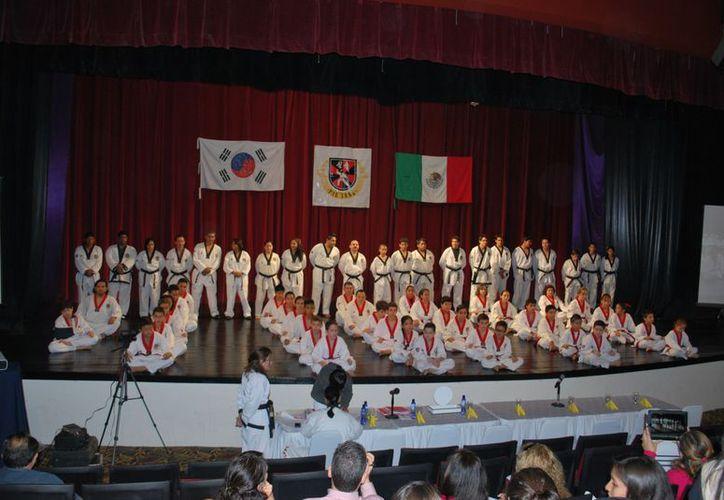 Más de 40 alumnos presentaron examen de grado ante sinodales de lujo que se dieron cita en esta ciudad. (Raúl Caballero/SIPSE)