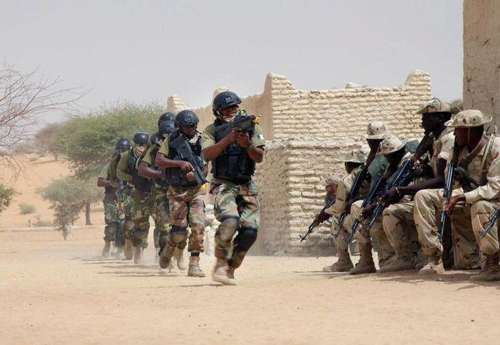 Fuerzas especiales de Nigeria realizan un ejercicio militar, frente a sus aliados de Chad. Los ejército africanos han declarado la guerra a los extremistas islámico se Boko Haram. (AP)