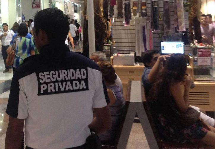 Los agentes de seguridad que se encuentran en las plazas comerciales no deberán estar armados. (Archivo/Agencias)