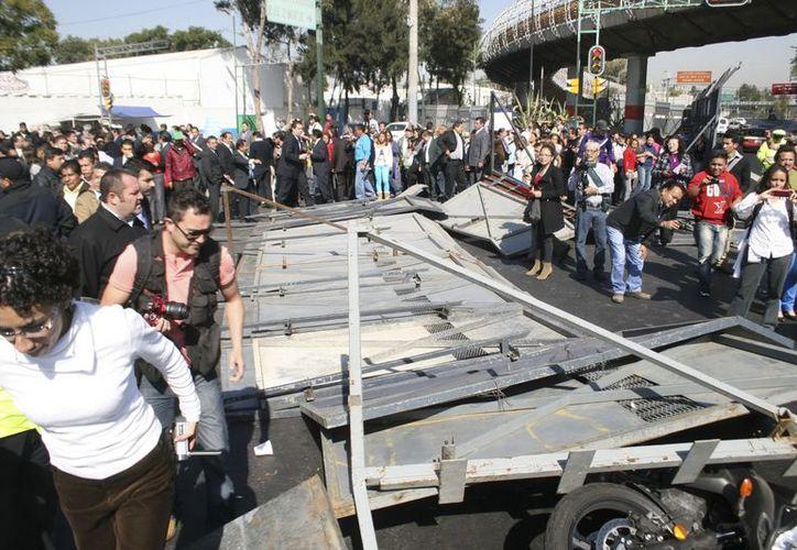 Los manifestantes no sólo derribaron vallas sino que se enfrentaron con policías y lesionaron a algunos. (Notimex)