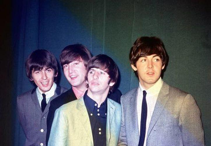 Los Beatles durante su primera gira por Estados Unidos en una fotografía de 1964 tomada en una locación desconocida. (AP/Archivo)