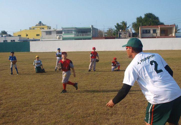 El club Leones de Yucatán ha estado ofreciendo clínicas de beisbol a pequeños peloteros.    (Milenio Novedades)
