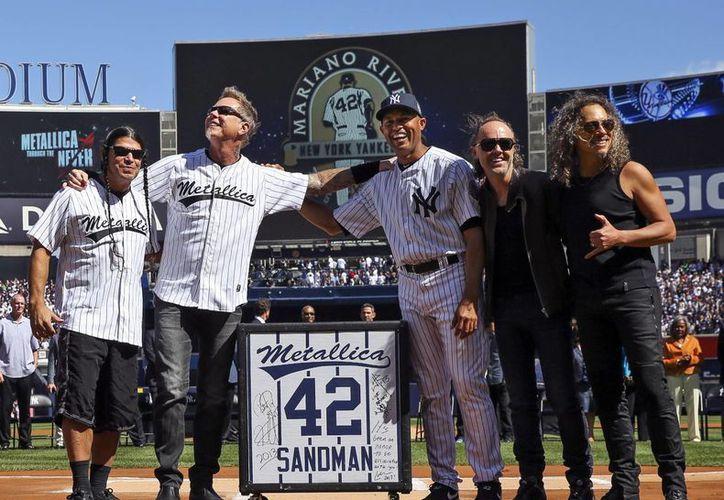 'Gracias a todos por 19 años de apoyo', declaró Rivera (c) dirigiéndose a la multitud que acudió al Yankee Stadium. (Agencias)