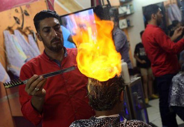 Según el barbero, los resultados que logra con su trabajo dura más tiempo. (Foto: Milenio).