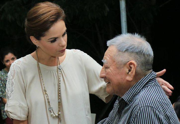 La presidenta del DIF de Cozumel asistió al convivio con los adultos. (Cortesía/SIPSE)