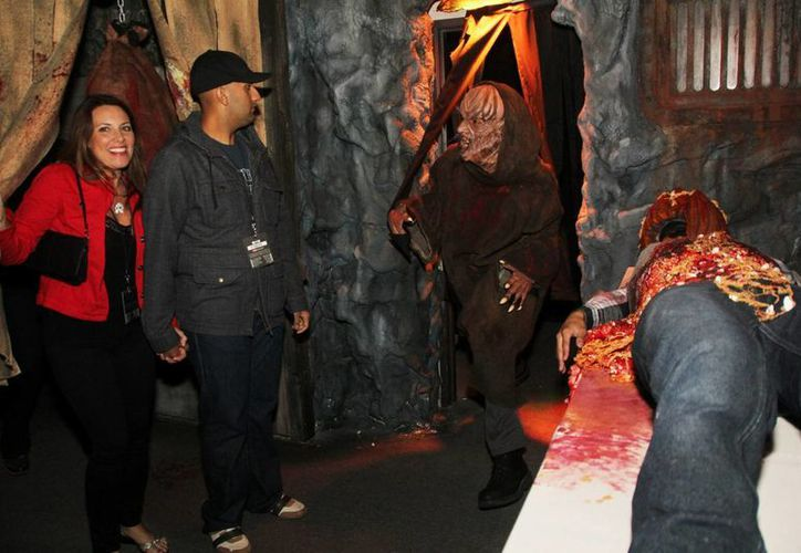 """Terroríficos personajes asustan a incautos visitantes en la inauguración del """"Halloween Horror Nights"""", en el parque Universal Studios. (EFE)"""