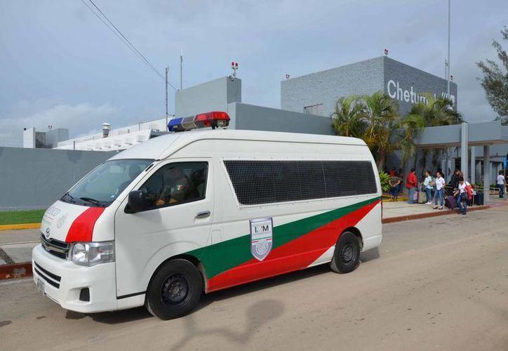 Los indocumentados fueron custodiados por tres personas que llegaron vía aérea la mañana del jueves a Chetumal. (Gerardo Amaro/SIPSE)