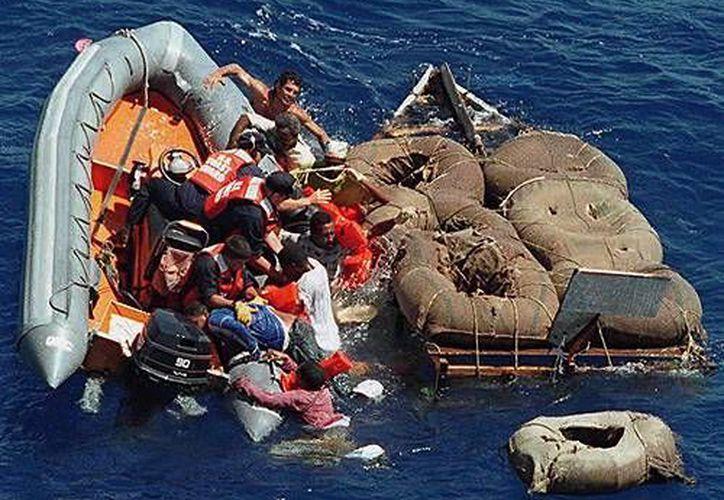 Foto de contexto donde se ve a miembros de la guardia costera de EU que rescatan a balseros cubanos. (Archivo/AP)