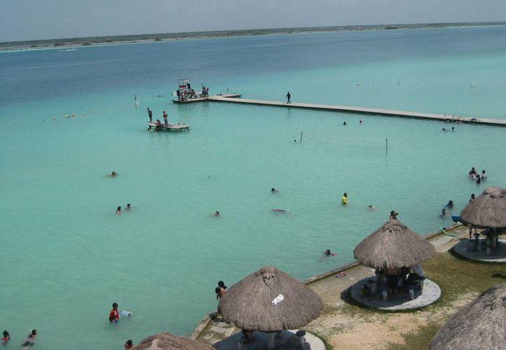 Los atractivos que se ofrecen en Bacalar son: los paseos a la laguna, las tirolesas y la visita al Fuerte. (Javier Ortiz/SIPSE)
