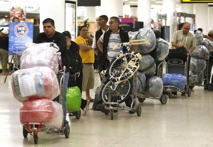 El gobierno de Cuba busca que los isleños radicados en el extrajero reduzcan los envíos de bienes y aumenten las remesas en efectivo. (AP)