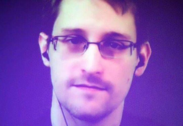 Los representantes legales de Snowden han refutado el informe de NBC, que señala que el Kremlin estudia entregar al espía para ganarse el favor del presidente de EU, Donald Trump. (AP)