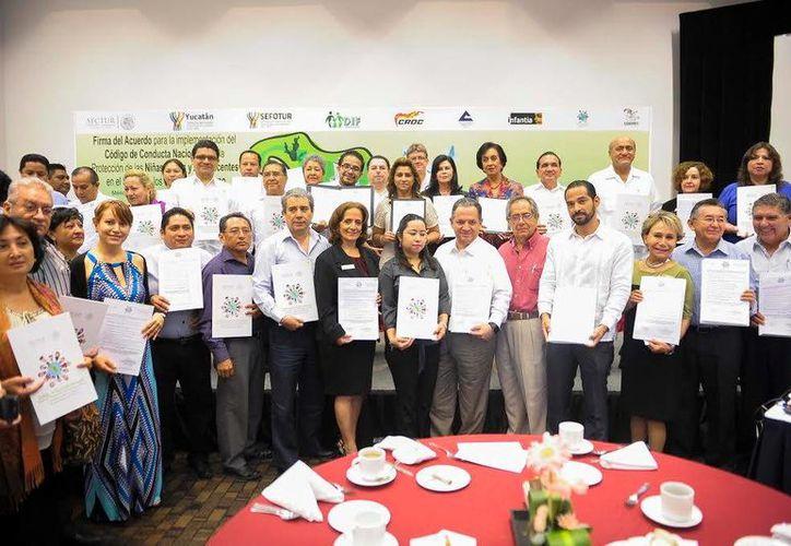 Funcionarios y empresarios asistieron a la firma del acuerdo del Código de Conducta Nacional . (Milenio Novedades)