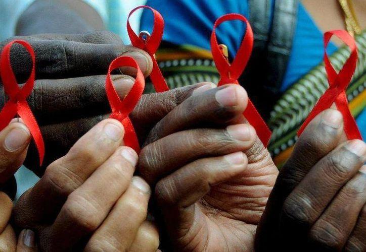 """El América Latina permanece como un """"tabú"""" la educación sexual, sin embargo, el combate al VIH-Sida en ese sector poblacional ha mejorado, según la ONU. La preocupación es ahora por el aumento de casos en ancianos. Imagen de contexto por el Día Mundial del combate al sida. (Internet)"""