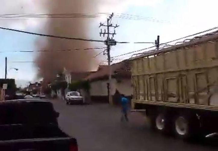 El tornado dejó cuantiosos daños materiales, pero no heridos. (Captura de pantalla)