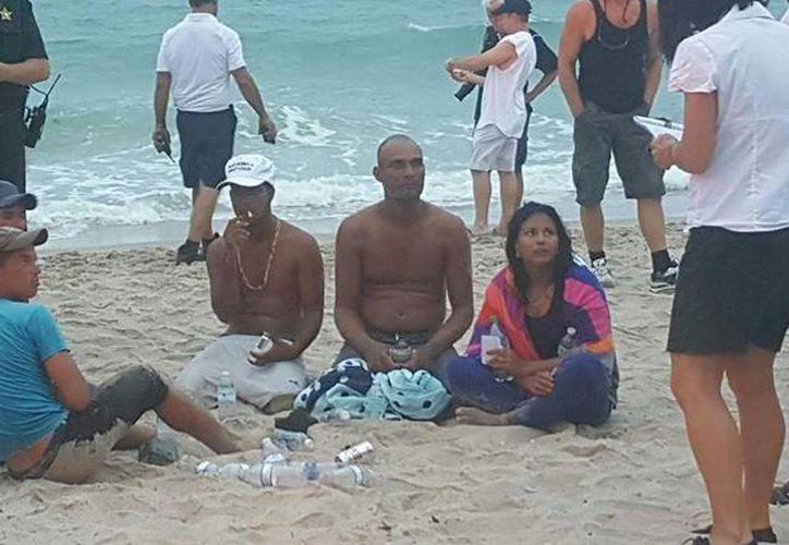 Mientras que la cubana embarazada fue llevada al hospital, los demás se quedaron sentados en la playa a la espera de las autoridades. (Sheena Smith)