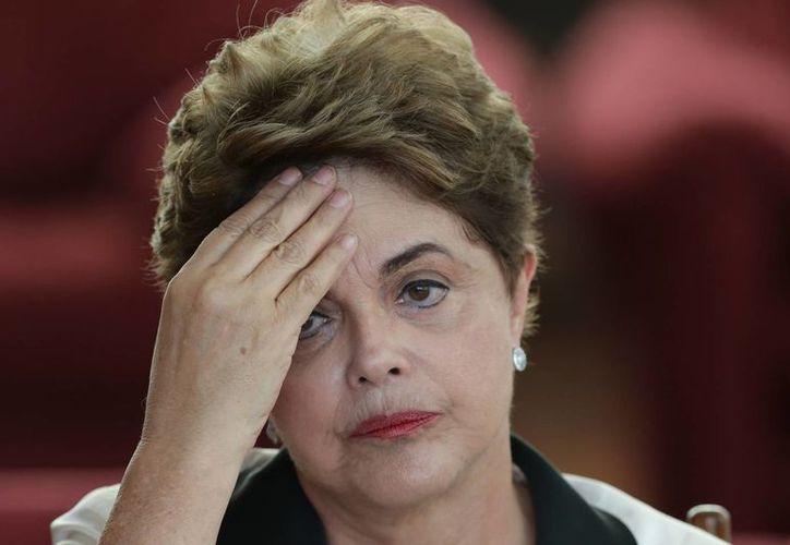 La presidenta destituida de Brasil, Dilma Rousseff, durante una conferencia de prensa en la residencial oficial del Palacio de la Aurora en Brasilia. (AP/Eraldo Peres)