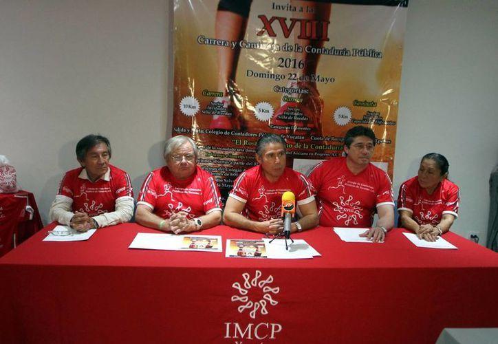 Dirigentes de Colegio de Contadores Públicos de Yucatán A.C. durante la presentación de la tradicional carrera atlética. (Milenio Novedades)