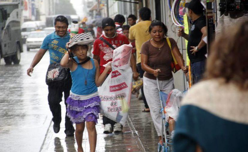 Muchas personas fueron sorprendidas por la lluvia vespertina. (Juan Albornoz/SIPSE)