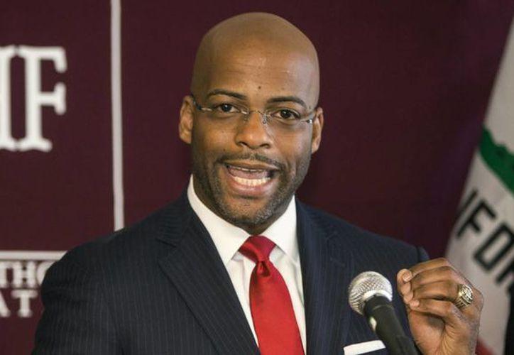 La propuesta del asambleísta demócrata Isadore Hall avanzó al Senado tras una votación de 41-12. (huffingtonpost.com)