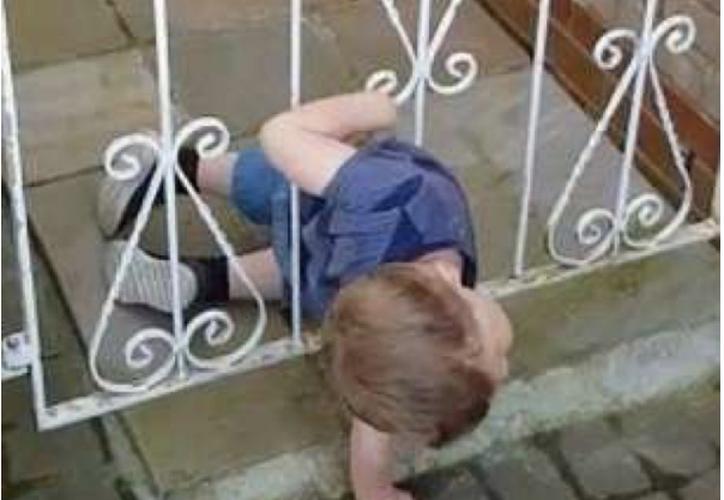 Madre encontró a su hijo 'escabulléndose' entre la reja de su casa para hacerle travesuras a los vecinos. (Foto: Captura de video)
