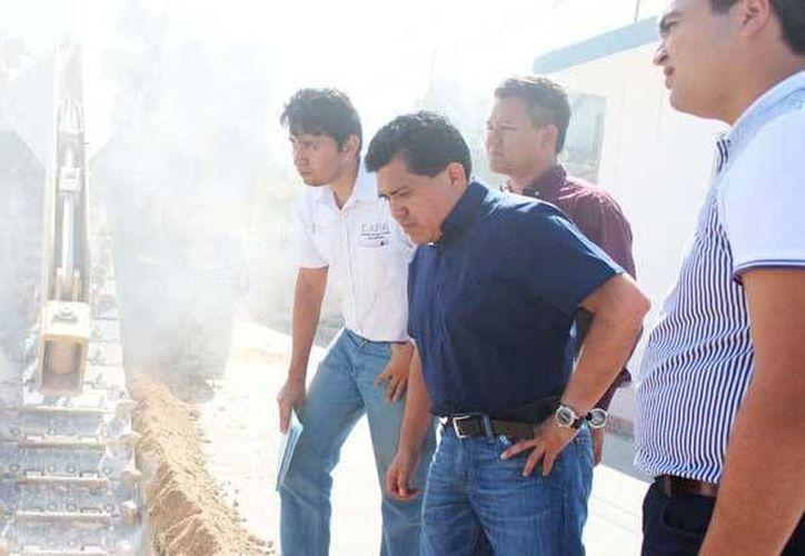 Autoridades municipales y de la CAPA supervisaron los avances de la instalación de drenaje en Tulum. (Cortesía)