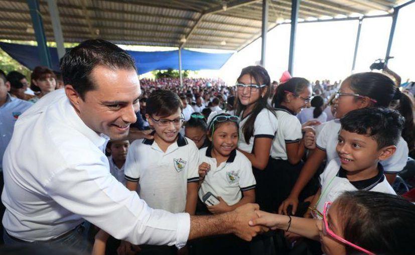 Vila entrega lentes a estudiantes.(Foto: Novedades Yucatán)