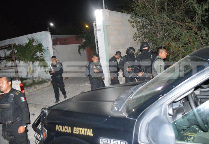 Varios agentes llegaron a realizar la detención de los juveniles. (SIPSE)