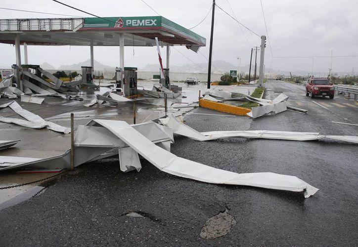 Una gasolinera acusa los daños que dejó a su paso Odile en Los Cabos. El huracán tocó tierra anoche a las 23:45 horas en Baja California Sur, y avanza hacia el Golfo de California. (Foto: AP/Victor R. Caivano)