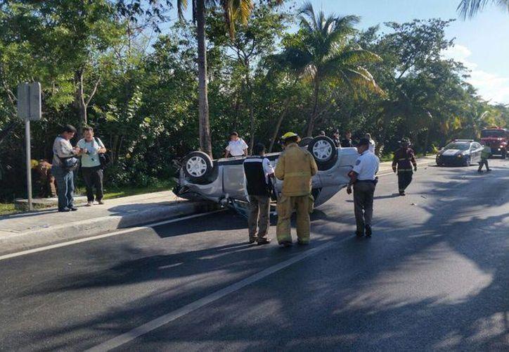 El automóvil de renta terminó volcado en el bulevar Kukulcán de Cancún. (Redacción/SIPSE)