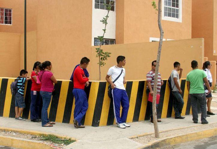 El expárroco  Pablo Pérez Guajardo advierte que algunos trabajadores de Villas del Sol   usan el 100% de su sueldo diario para trasladarse en taxi.  (Adrián Monroy/SIPSE)