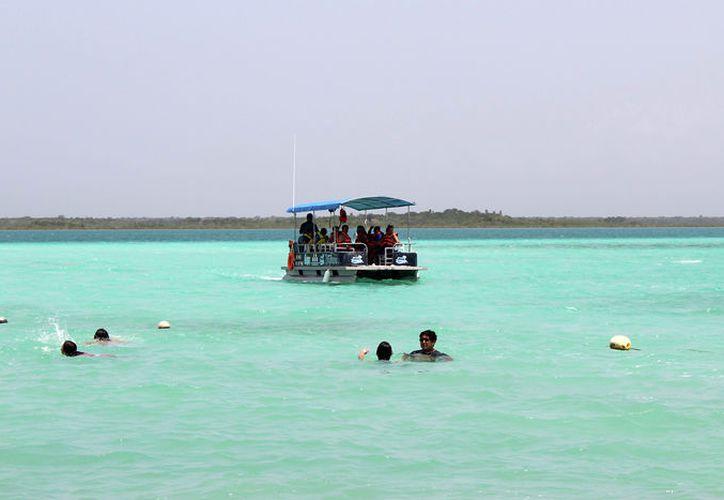 Visitantes de la laguna de Bacalar deben estar pendientes del paso de algunas lanchas que no respetan los límites de velocidad. (Javier Ortiz/SIPSE)