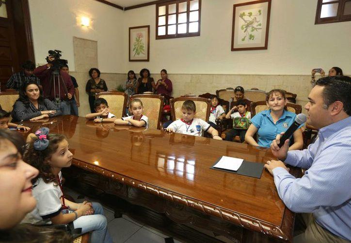 El alcalde Renán Barrera respondió a los alumnos del Rogers Hall que su salario va de acuerdo a la responsabilidad de su trabajo. (Foto: cortesía del Ayuntamiento)