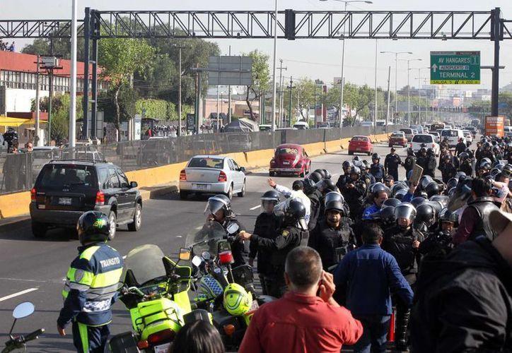 Agentes de la SSP capitalina repliegan a los docentes disidentes en el  Bulevar Puerto Aéreo. (Notimex)