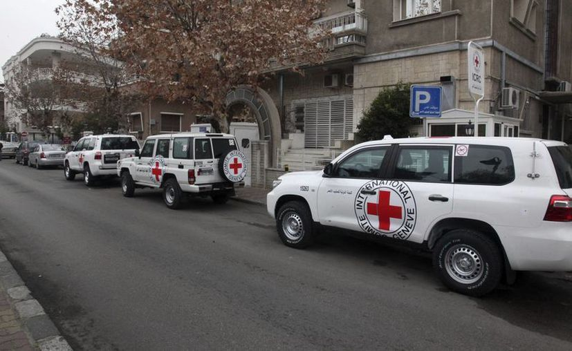 Vehículos del Comité Internacional de la Cruz Roja (CICR) permanecen estacionados delante de las oficinas de ese organismo en Damasco, Siria. (EFE)