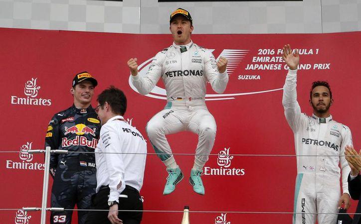Nico Rosberg (c) superó al holandés Max Verstappen y a Lewis Hamilton, en el Gran circuito de Japón.(Toru Takahashi/AP)