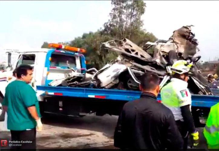 Los vehículos involucrados en el accidente en la México-Querétaro quedaron severamente dañados. (Captura de pantalla video excélsior.com)