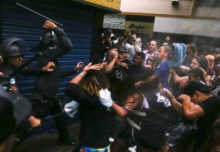 Los manifestantes bloquearon varias calles de la turística zona de Copacabana por varias horas. (EFE)