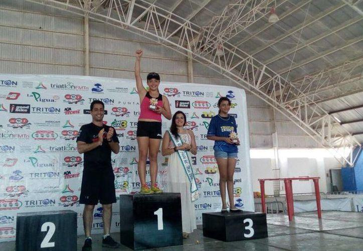 En 12-13 años Kamilla Jiménez se  coronó como la número uno. Imagen de los triunfadores del triatlón. (Milenio Novedades)