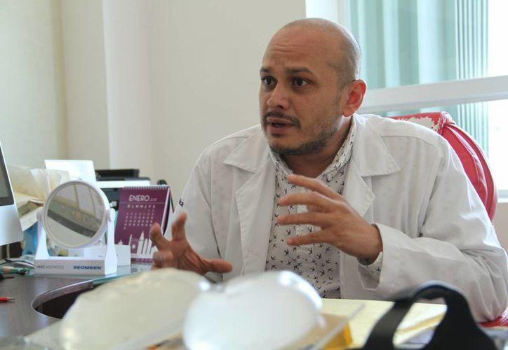 El Dr. Manuel Antonio Fajardo Lara, presidente del Colegio de Cirugía Plástica del Estado de Yucatán, hizo énfasis en que un especialista en cirugía plástica y reconstructiva invierte de 14 a 16 años de estudios universitarios. (Jorge Acosta/SIPSE)