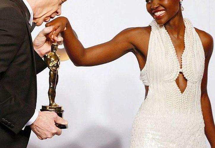 Lupita Nyong'o lució un vestido confeccionado con 600 perlas, el cual fue robado horas después. (Facebook)