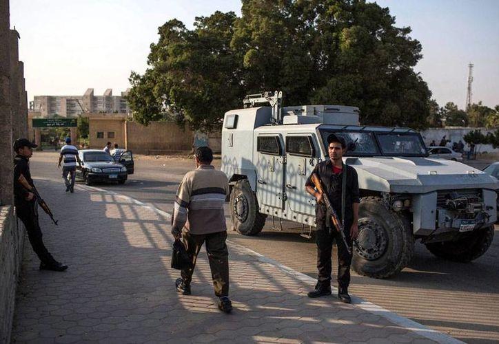 Las fuerzas de seguridad de Egipto atacaron a rebeldes en una zona en donde la semana pasada acribillaron a un grupo de turistas mexicanos; esta vez, sí acertaron: mataron a 10 rebeldes. La imagen, que muestra a fuerzas de seguridad cerca de una universidad, está utilizada solo como contexto. (EFE/Archivo)