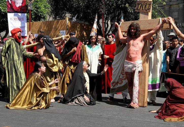 Actores de la Compañía Nacional de Teatro Clásico Fénix Novohispano, representaron esta mañana la Pasión de Cristo en el Centro Histórico de esta capital. (Bernardo Moncada/Notimex)