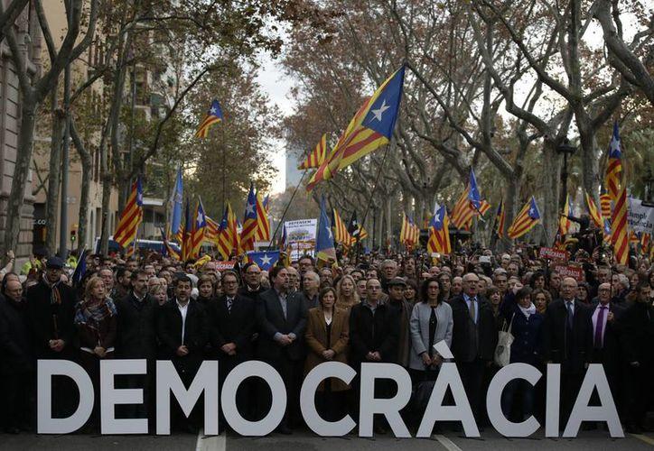 Una vez más, los catalanes salieron a las calles de Barcelona a exigir un referéndum que les permita separarse del reino de España. (AP/Manu Fernandez)
