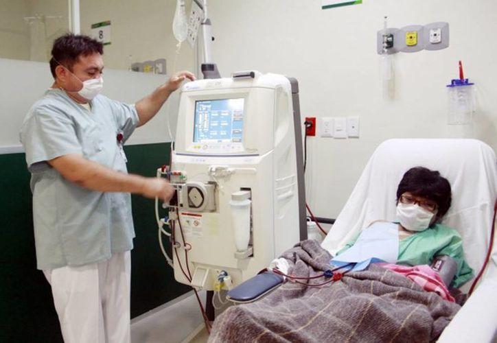 Imagen de un paciente que toma su tratamiento en la Unidad de Hemodiálisis del Hospital General Agustín O'Horán. (Archivo/SIPSE)