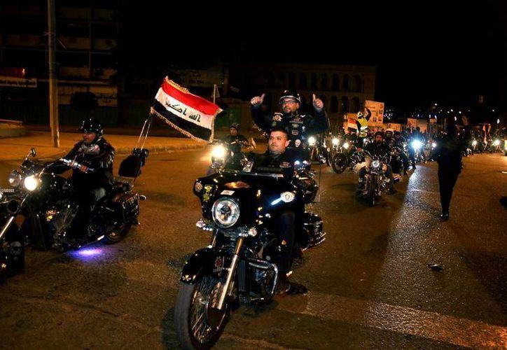 Cientos de iraquíes salieron a las calles de Bagdad a celebrar el fin del toque de queda impuesto tras la invasión de Estados Unidos. (AP)